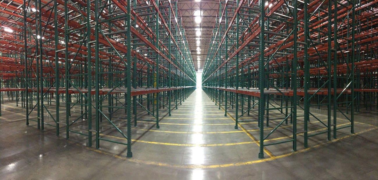 散装存储设施与OSHA批准的红色和绿色钢货架