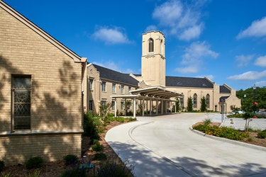 first-united-methodist-church-waxahachie-parking-lot-and-front-facade